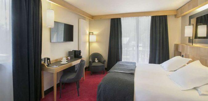 Chevets et bureaux pour chambre d\'hôtel
