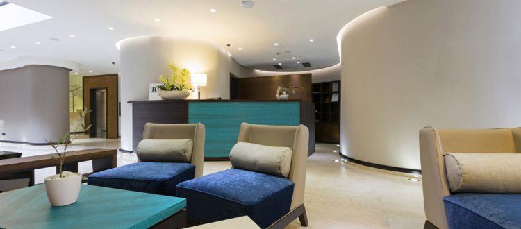Mobilier bois - Accueil - Fauteuils, tables, desk, bureaux, réception