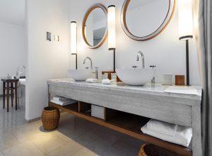 Mobilier bois pour salle de bain de chambre d'hôtel