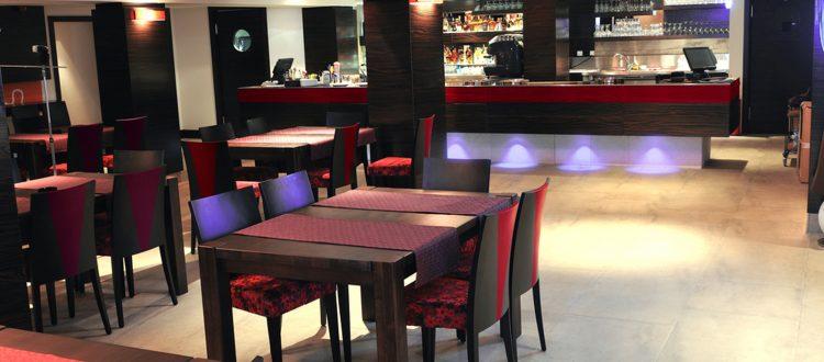 Chaises de restaurant, table, bar