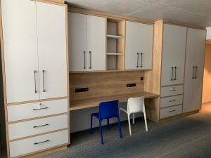 Apex2100 Tignes - Agencement et création du mobilier en frêne massif, mélaminé et stratifié